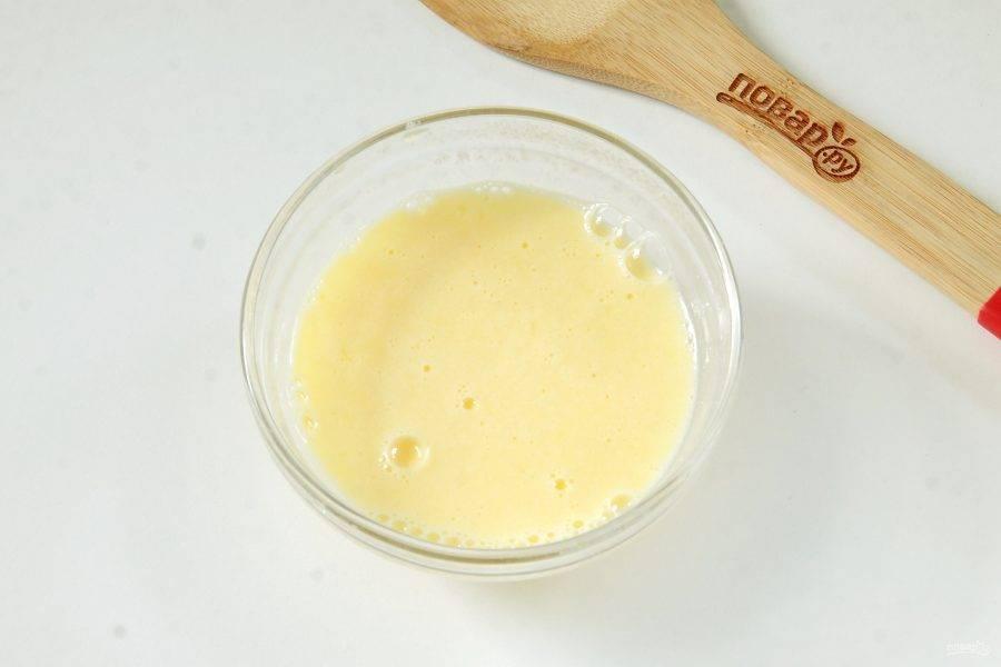 Оставшиеся яйца взбейте с соком свежевыжатого лимона.