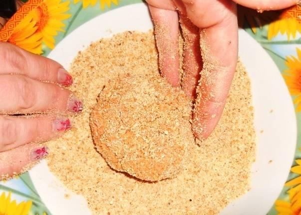 Из приготовленного фарша формируем котлетки и обваливаем из в панировочных сухарях.