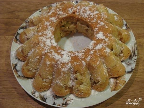 Остывший пирог достать из формы, посыпать пудрой.
