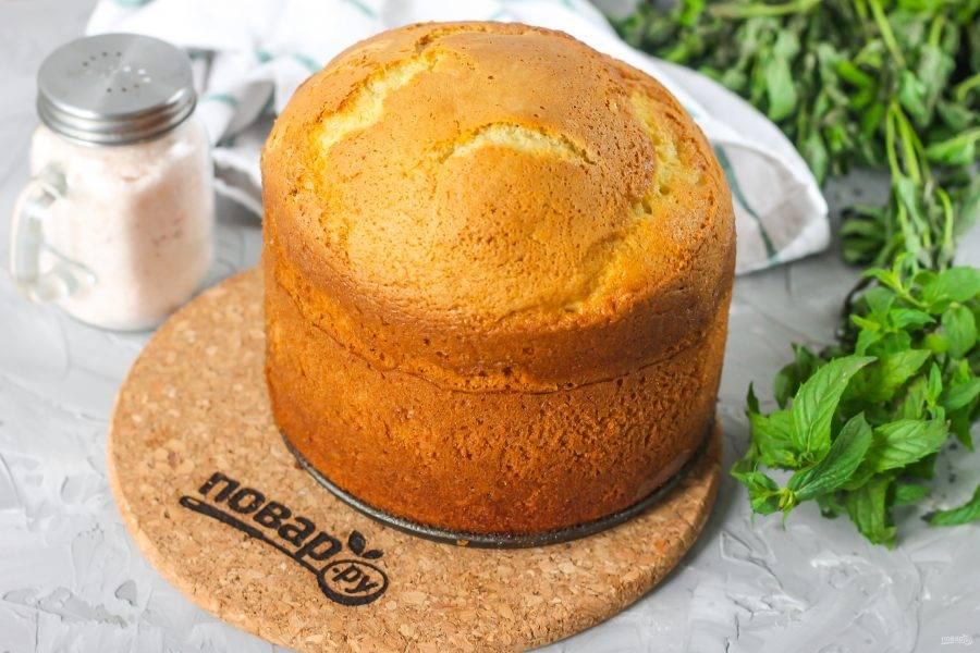Только после полного остывания извлеките выпечку из формы и подайте к столу либо используйте для создания торта.