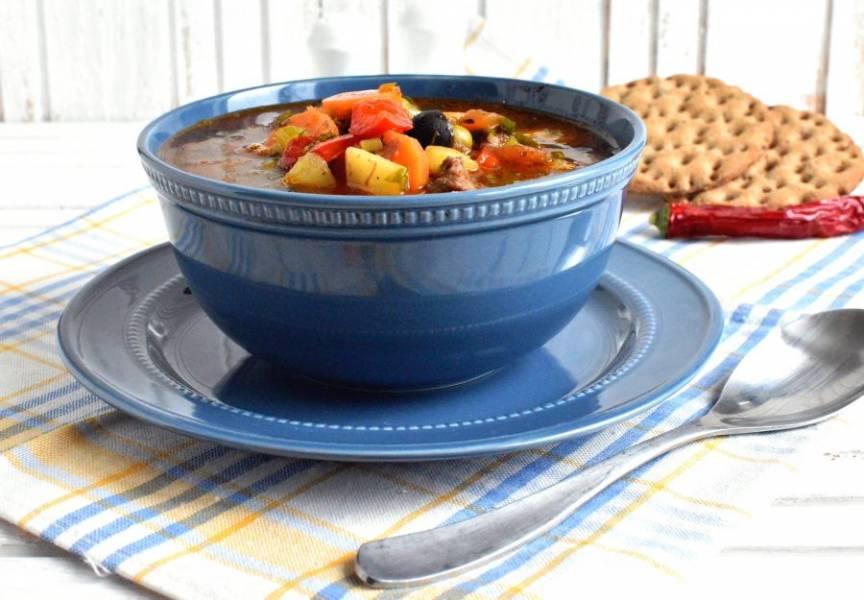 Дайте супу настояться минут 20. Подавайте в глубоких мисках, наливая «с горочкой». Вкусно подать к супу как подсушенные хлебцы, так и свежий хлеб.