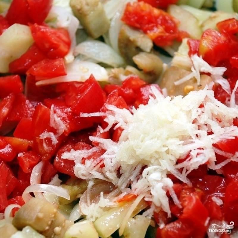 Когда перец станет мягким - снижаем огонь до средне-слабого, добавляем в сковороду мякоть помидоров и выдавленный (либо мелко натертый) чеснок. Перемешиваем, накрываем крышкой и тушим 15 минут.