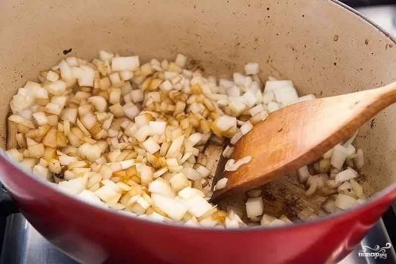 2. Тем временем очистите и нарежьте мелким кубиком луковицу. Выложите её в сотейник, жарьте на среднем огне 3-4 минуты. Также можно использовать в этом простом рецепте тушеной картошки с мясом и грибами чеснок.