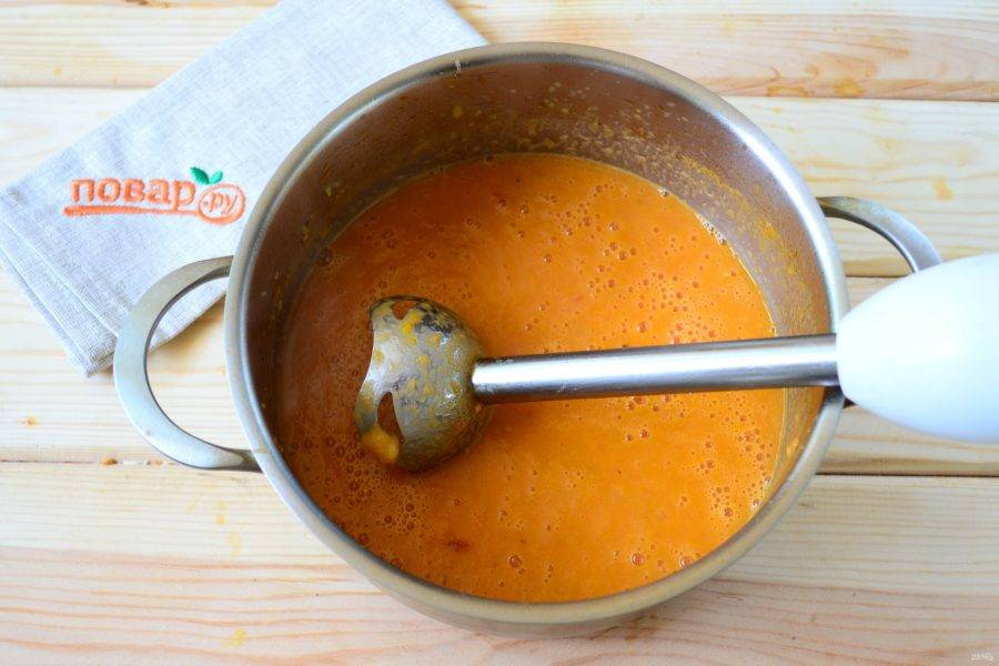 Пюрируйте суп при помощи погружного блендера.