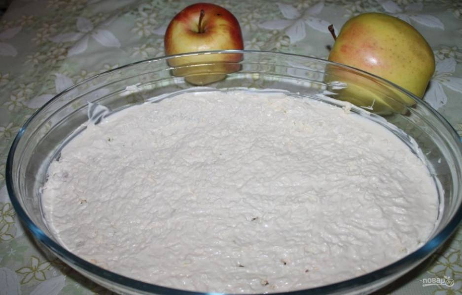 4.Пришла пора майонеза, выкладываю несколько ложек на сыр и равномерно распределяю по всей поверхности.