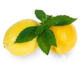 2.Мяту, лимончелло, 2 ложки сахара и кожуру лимона, срезанную длинной полоской, смешивают в блендере 10 секунд.