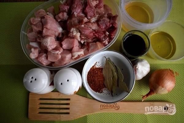 Подготовьте необходимые продукты. Мясо нарежьте квадратиками, размером 2х2см.