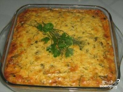 В форму выложить половину лука с морковью, затем слой жареной трески и снова слой овощей. Промазать все слои майонезом.  Залить 0,5 стакана воды и поставить в духовку тушиться на полчаса.
