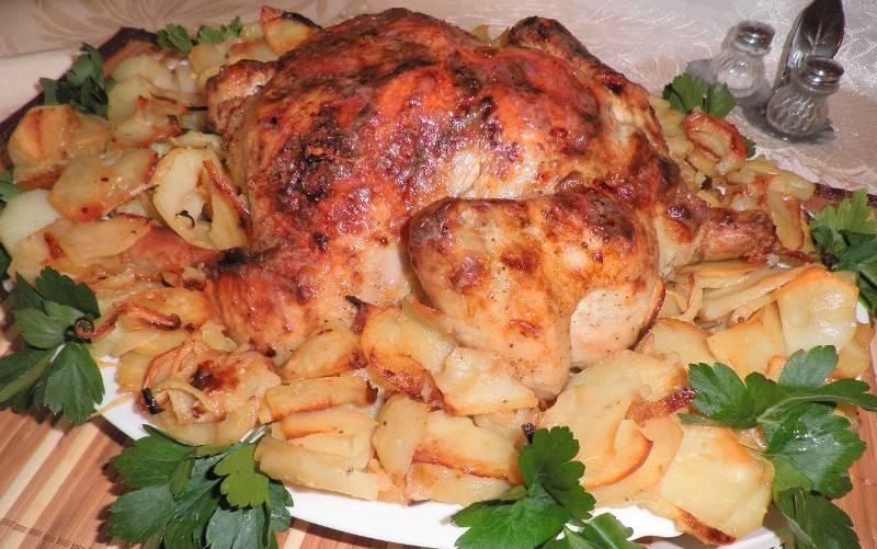 6. Отправляем в разогретую до 190 градусов духовку на один час, по истечении получаса, огонь следует уменьшить и запекать курицу до полного приготовления. Подавать ее можно на листьях салата, а украшать лучше зеленью и свежими овощами.