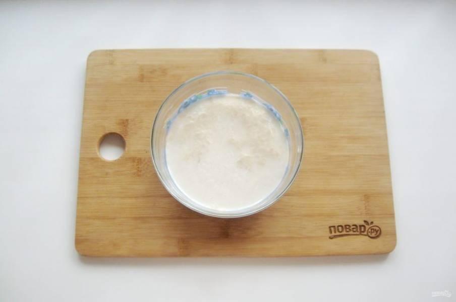В мисочку налейте теплое молоко, добавьте дрожжи и столовую ложку сахара. Перемешайте и дайте постоять 15-20 минут, чтобы дрожжи активировались и вспенились.