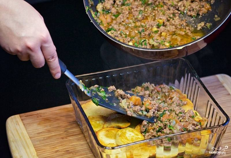 11. Потом снова фарш. При желании в рецепт приготовления картофеля с фаршем в духовке можно добавить обжаренные заранее овощи, например.