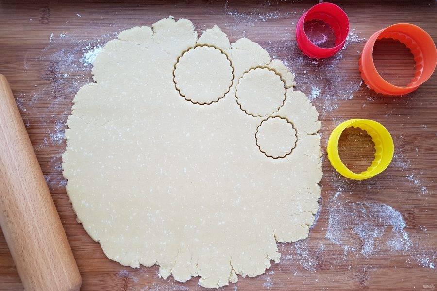 Охлажденное тесто раскатайте и формочками вырежьте печенье разного диаметра, толщиной не более 0,5 см. Выпекайте в разогретой до 180 градусов духовке в течение 6-7 минут.