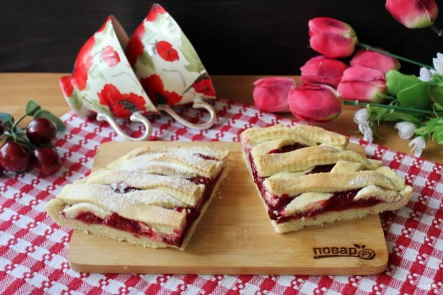 Готовый пирог достаньте из формы, немного охладите и подавайте к столу на десерт.