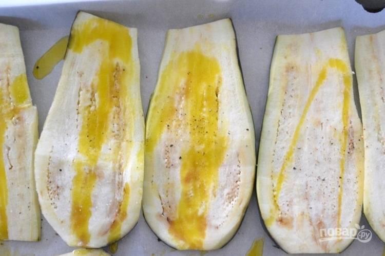 1. Нарежьте баклажан вдоль и полейте оливковым маслом. Приправьте солью и перцем по вкусу. Запекайте баклажан в духовке при 200 градусах в течение 15 минут.