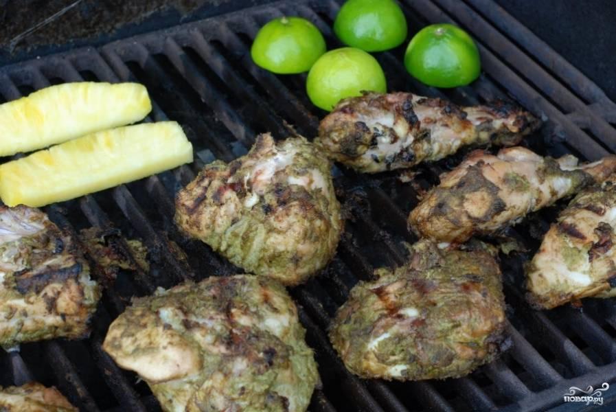 Вместе с курицей на гриле можно обжарить и гарнир - овощи, фрукты.