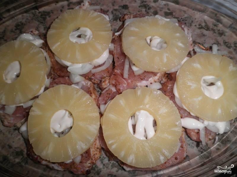 4. Выложить ананасы колечками, предварительно слить с них сироп.