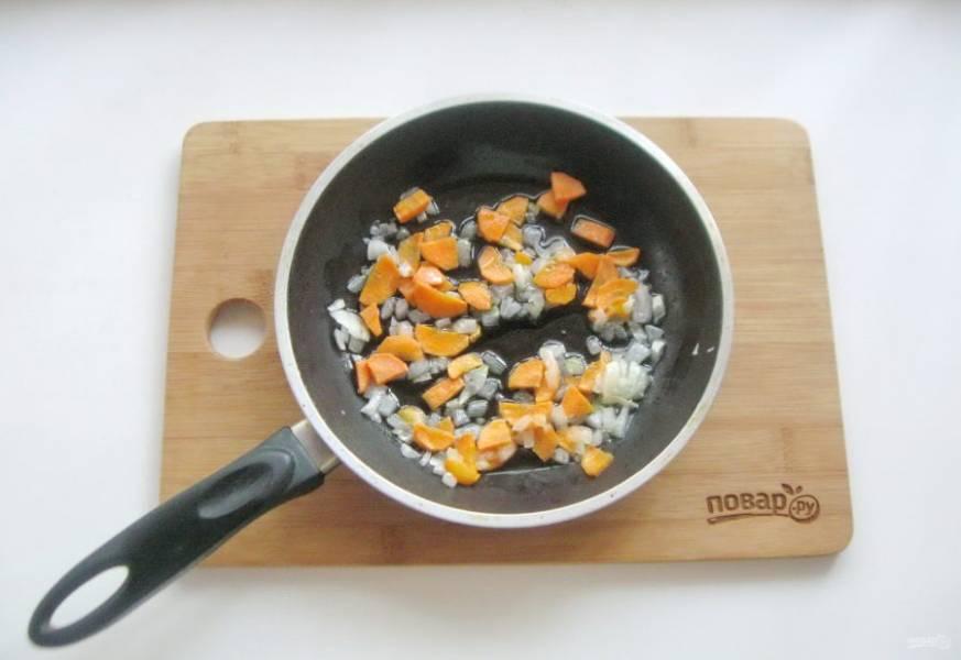 Припустите эти овощи в подсолнечном масле в течение 7-8 минут на небольшом огне.