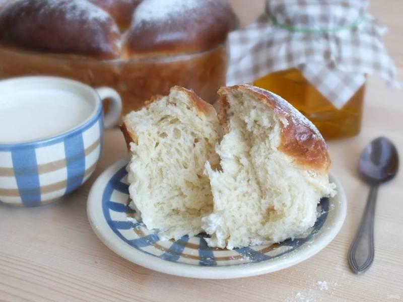 Готовые булочки посыпьте сахарной пудрой и подавайте к столу. Приятного аппетита!