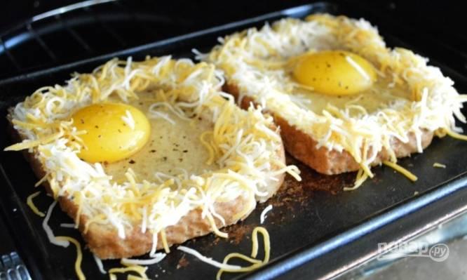 Выложите хлеб на противень. Нагрейте духовку до 180 градусов.