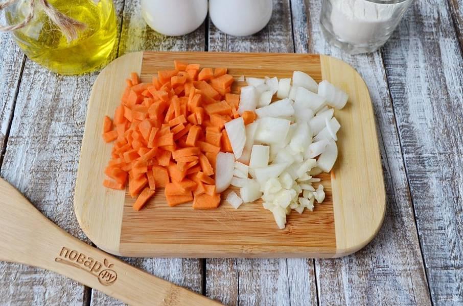 Очистите овощи и сполосните их под водой. Порежьте произвольно. Положите в кипящий бульон.