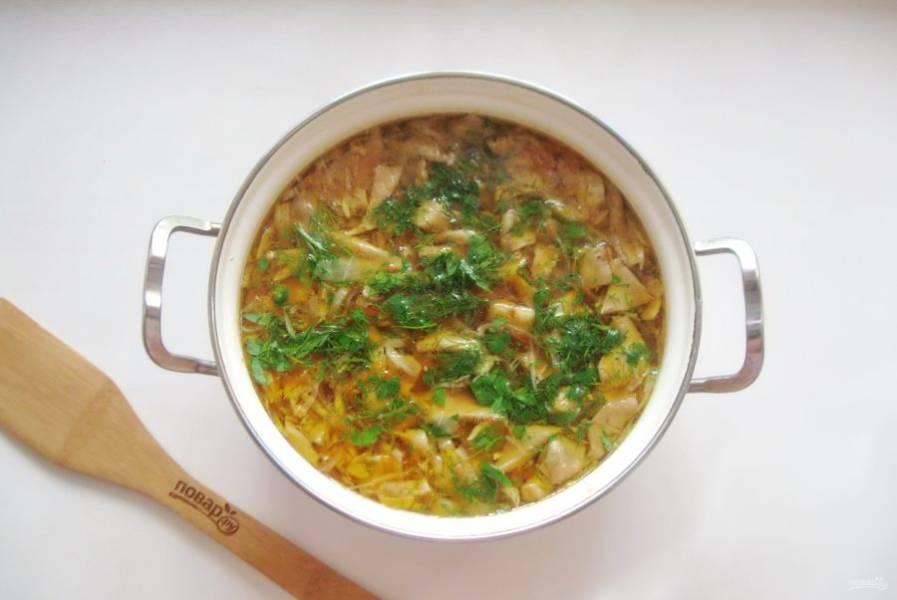 В готовый борщ добавьте измельченный чеснок и зелень.