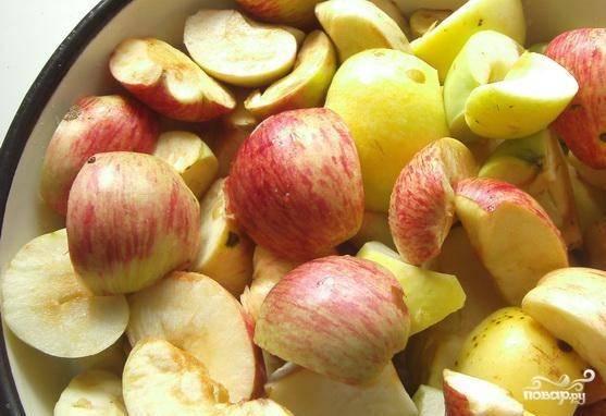 Яблоки лучше выбирать садовые. Тщательно их вымойте. Разрежьте пополам и удалите из яблок серединки.