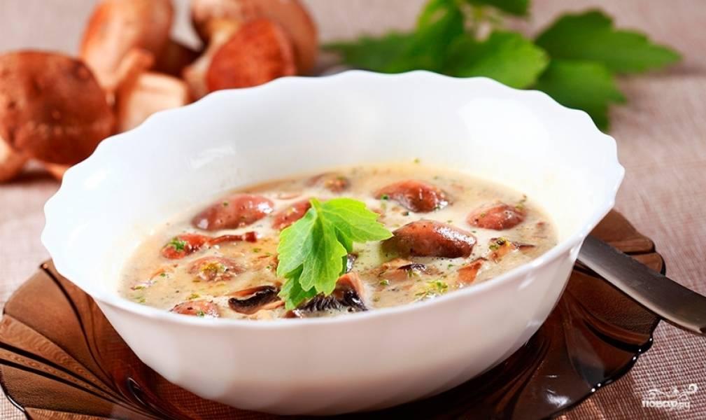 6.Суп из рыжиков готов! При подаче можно украсить его зеленью. Приятного аппетита!