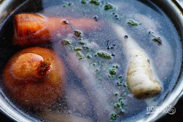 Перекладывайте шейки и овощи в трехлитровую кастрюлю. Туда же запеченные лук и морковь, хорошо помытый корень петрушки, соль, душистый перец, лавровый лист и тимьян. Залейте холодной водой и варите один час.
