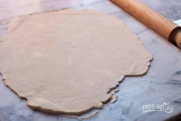 Достаньте тесто и раскатайте его в пласт около 3-4 мм толщиной. Если в тесте видны кусочки масла, значит вы все сделали правильно.