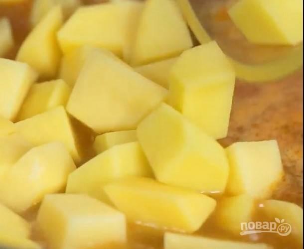 Добавьте картофель, нарезанный кубиками.