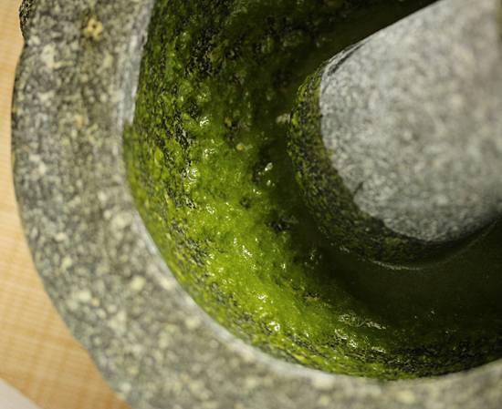 4. Вливайте понемногу оливковое масло и сок лимона. Для аромата также можно добавить в этот простой рецепт соуса для карпаччо из говядины небольшое количество цедры лимона. В процессе можно попробовать и при необходимости добавить то, чего не хватает. Пикантность придаст острый перец.