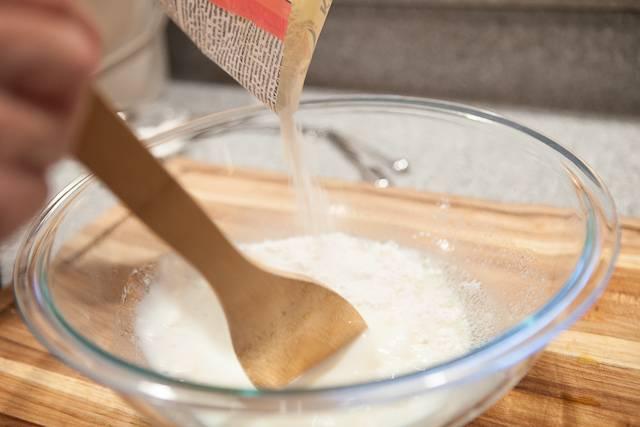 """1. Рецепт приготовления свинины в тесте начинается с замеса теста. Для начала необходимо в теплой воде растворить сахар и дрожжи. Оставить ненадолго, пока дрожжи начнут """"играть""""."""