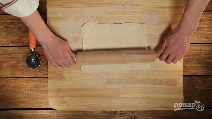 1. Тесто разморозим, раскатаем тонким пластом.