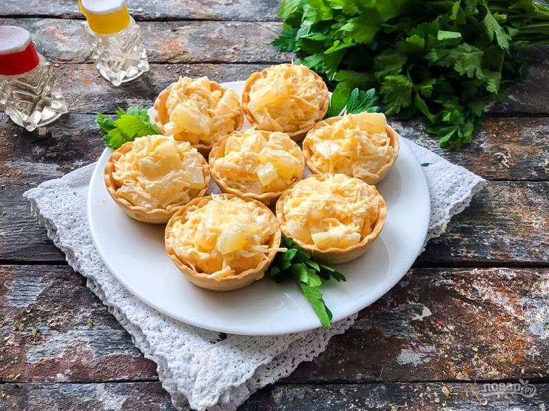 Тарталетки с сыром, ананасом и чесноком