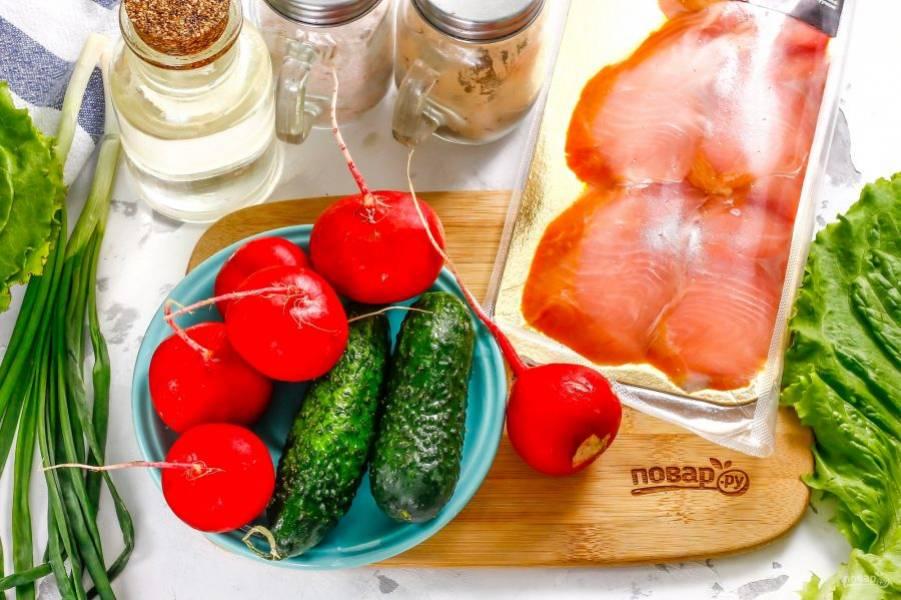 Подготовьте указанные ингредиенты. Слабосоленую красную рыбу приобретите в магазине или засолите в домашних условиях сами.