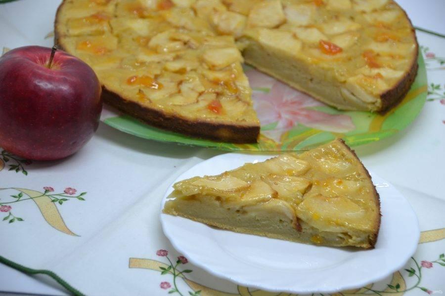 """Испанский яблочный пирог получился очень привлекательным на вид, но его структура не похожа на бисквит, скорее на """"клафути"""", необычно и вкусно."""
