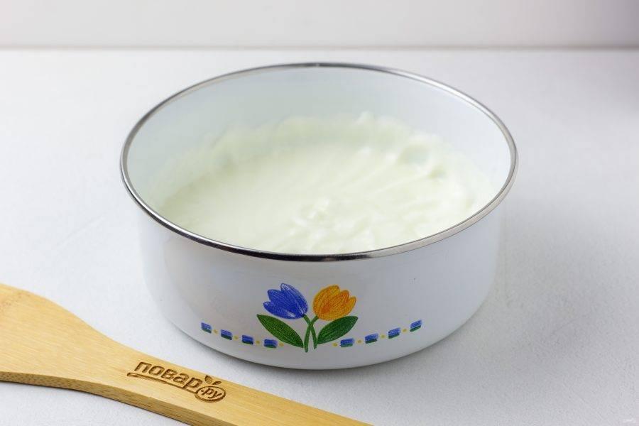 Пока бисквит выпекается, приготовим крем. Густую сметану взбейте с сахаром и ванилином до растворения сахара. Накройте крышкой и уберите в холодильник. Если сметана не очень густая, добавьте загуститель для сливок.