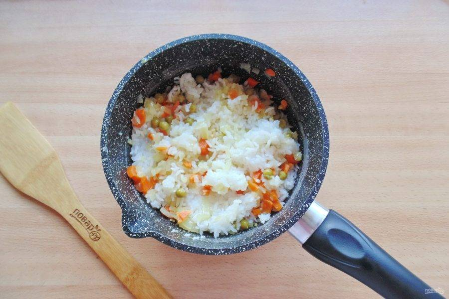 Перемешайте рис с овощами.