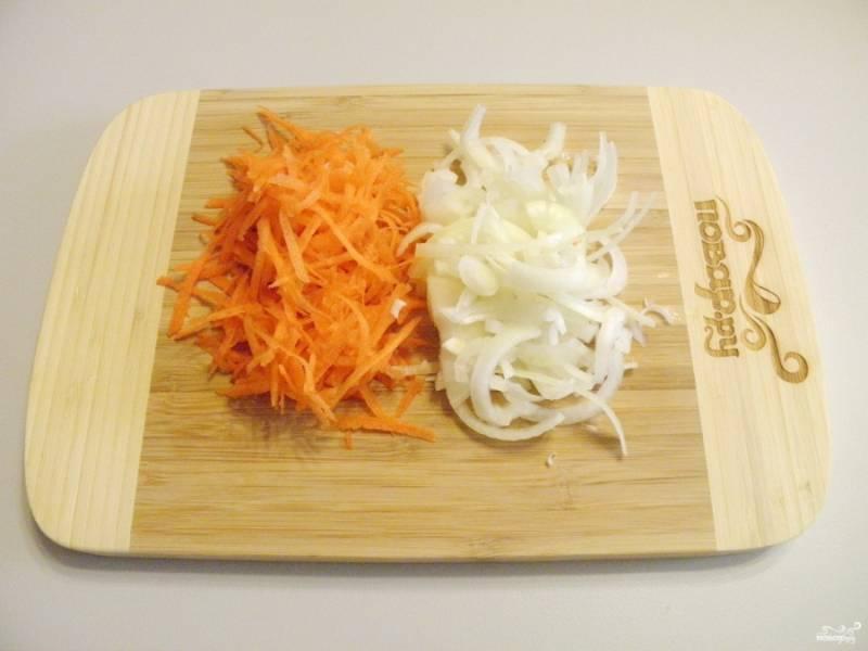 Морковь натрите на крупной терке. Лук порежьте тонко полукольцами.