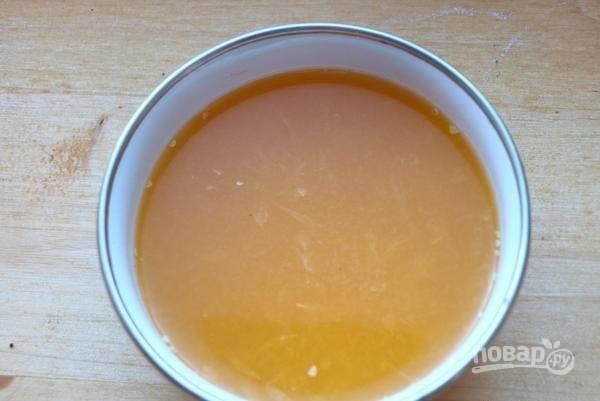 1.Апельсин мою и разрезаю на 2 части, из каждой половинки выдавливаю сок.