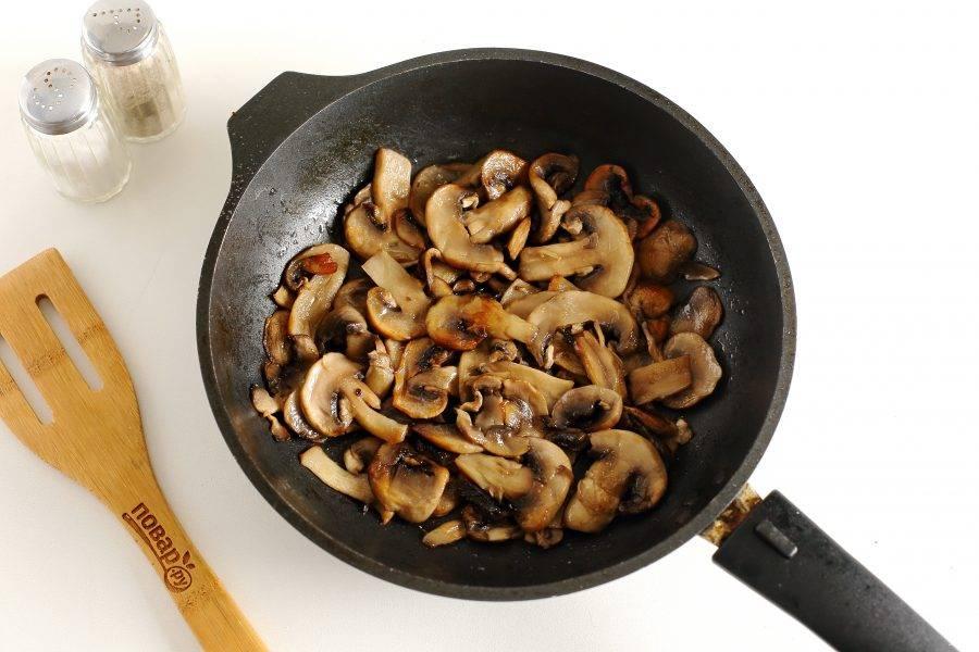 В другой сковороде обжарьте нарезанные шампиньоны. В конце добавьте соль по вкусу.