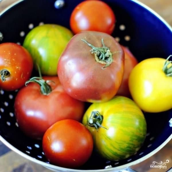 Готовить салат мы будем из вот таких красивых помидоров разного цвета. Это никакая не экзотика - такие помидоры выращивают обычные дачники в южных широтах России, по всей Украине.