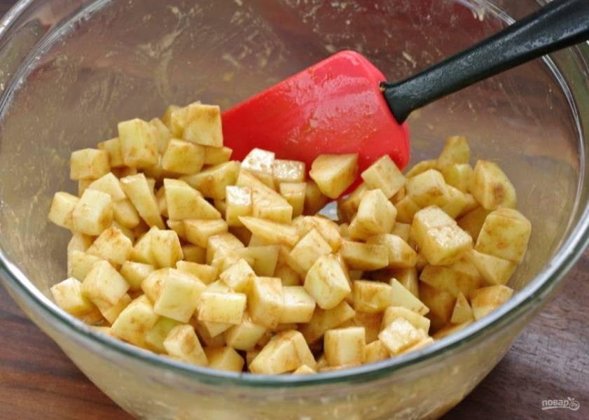 Перемешайте и дайте постоять минут 20, чтобы яблоки пустили сок.
