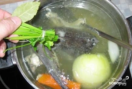 Следом добавим половину соли, перец, стебли от зелени и лавровый лист. Варим минут 20-25.