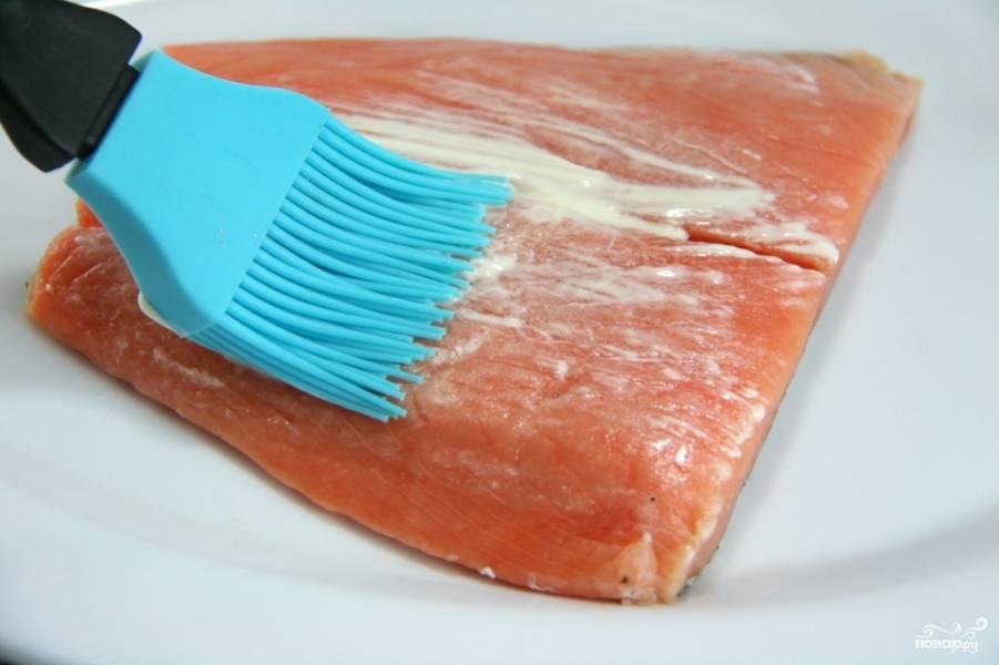 Помойте стейк лосося, полейте растительным маслом и смажьте майонезом. Посолите, поперчите по вкусу.