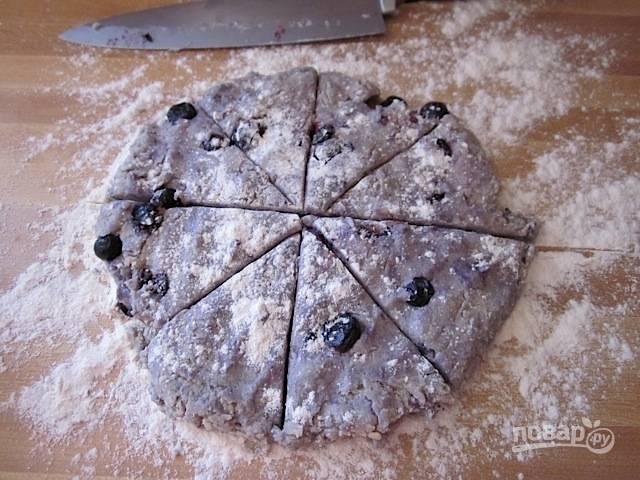 8.Разрежьте тесто на 6-8 частей, в зависимости от размера желаемой выпечки.