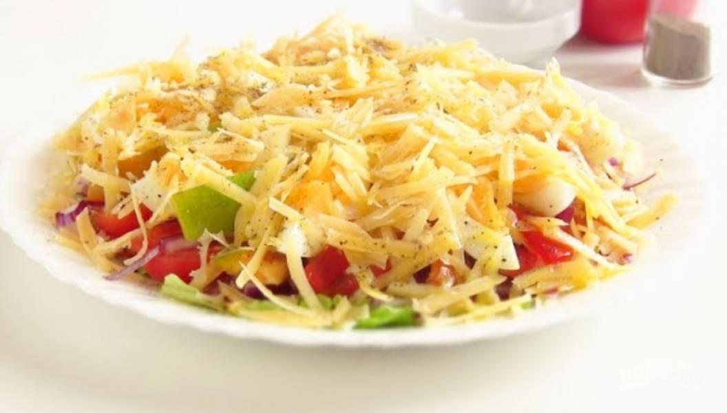 6. Выложите перец и яйца в салат, накройте их тертым сыром. Заправьте оливковым маслом и поперчите. Приятного аппетита!