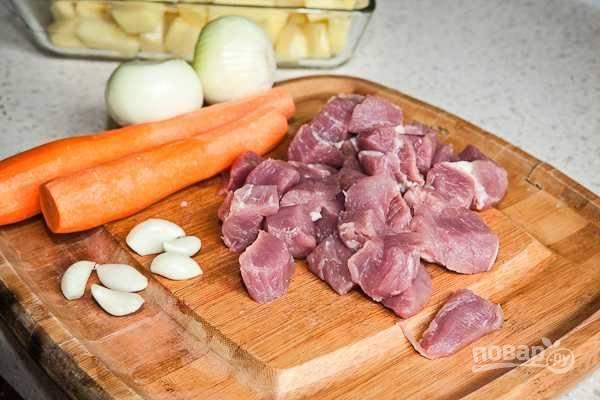 4. А тем временем можно заняться остальными ингредиентами. Мясо вымойте, обсушите и нарежьте небольшими кусочками. Очистите овощи.