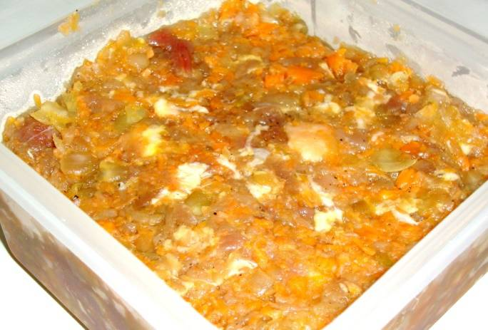 Мясо для этого блюда можно измельчить по-разному. Например, нарубить мелкими кусочками или же перекрутить через мясорубку. Можно добавить в фарш рубленный лук и, например, измельченную тыкву.