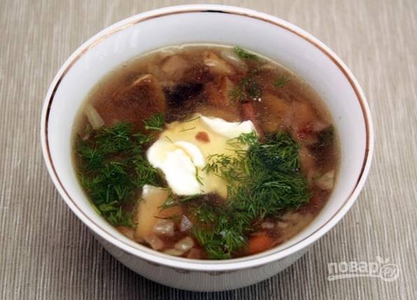 Подавайте грибной суп с укропом и сметаной. Приятного аппетита!